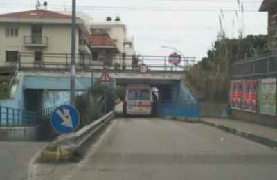 Ambulanza bloccata a Zona Ascolani