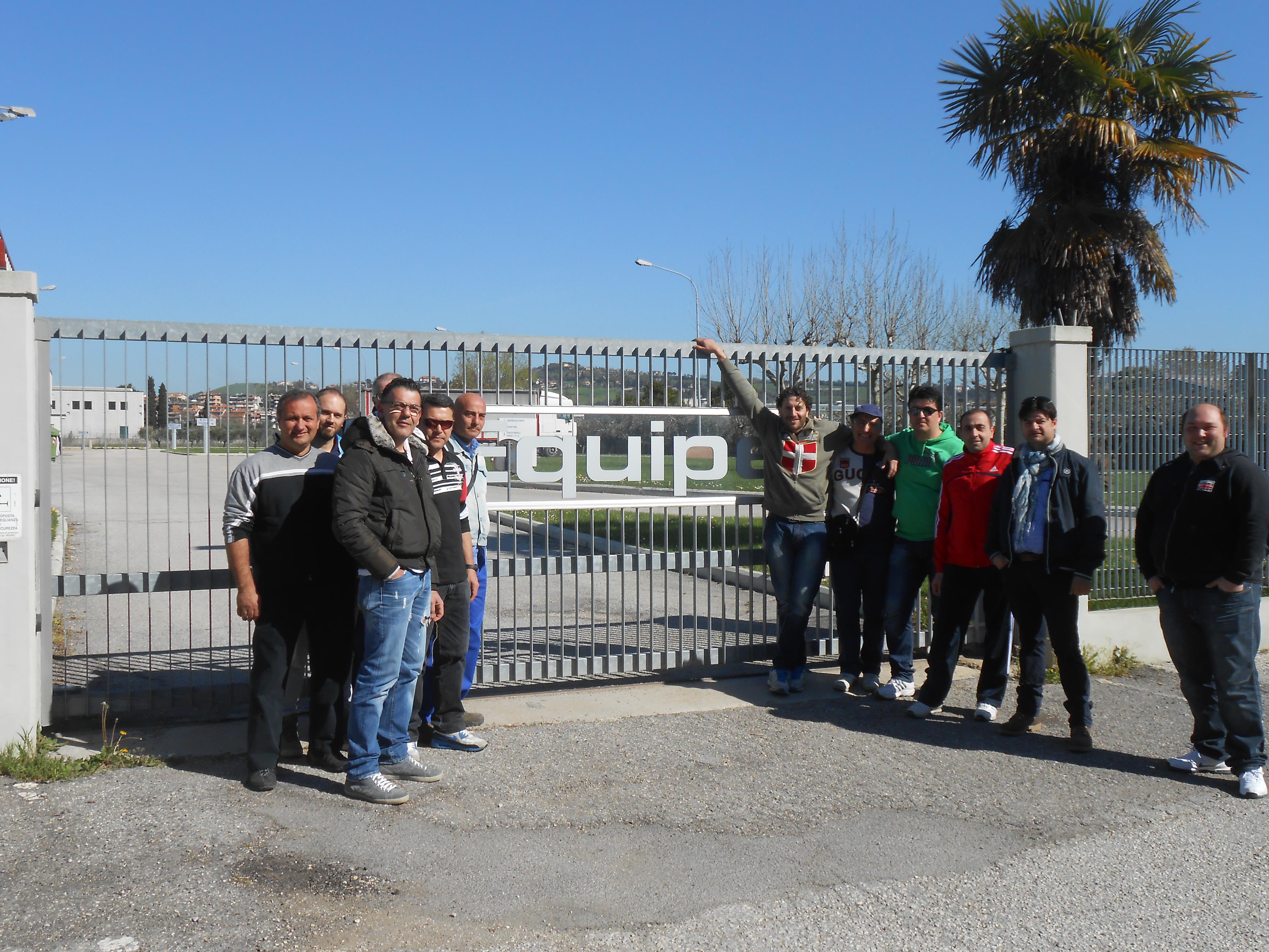 I lavoratori dell'Equipe davanti ai cancelli