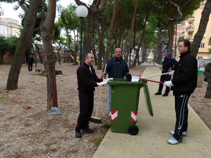 I detenuti durante la pulizia della Pineta Ricciotti 2012