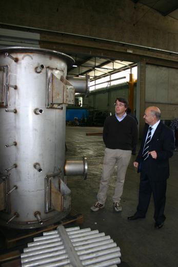 Salvatore Loddo e il sindaco di Civitella Gaetano Luca Ronchi davanti al prototipo di gassificatore a biomassa