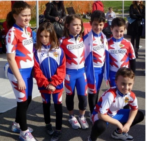 Il team, diretto da Valeria Giannelli ed Elisa Spinozzi, al campionato  regionale di corsa su strada