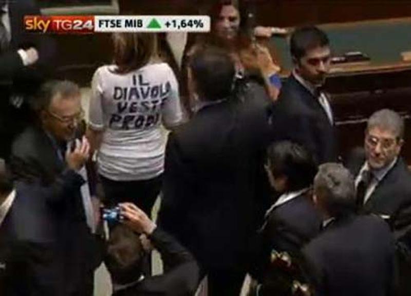 La senatrice Mussolini mentre dimostra all'interno del Parlamento