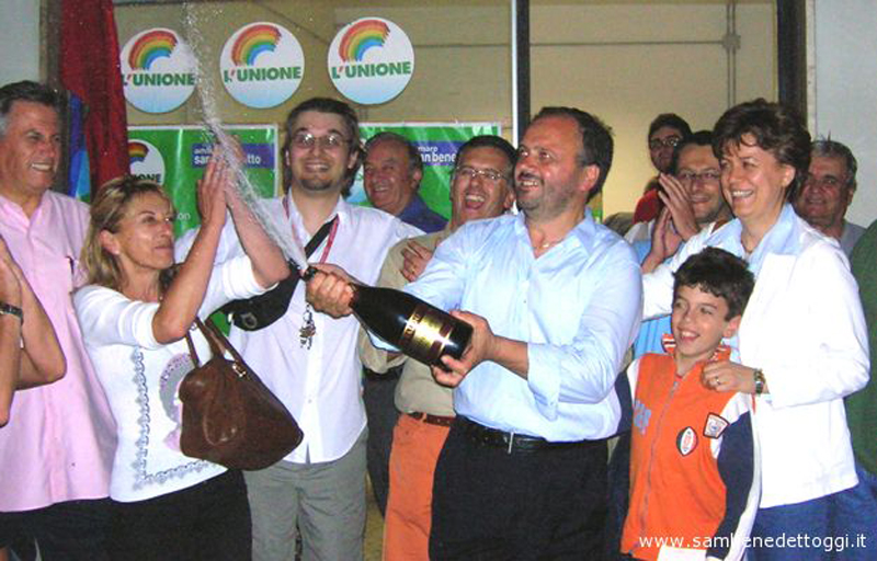 Prima elezione Gaspari. In primo piano il neo sindaco brinda tra gli applausi di Loredana Emili