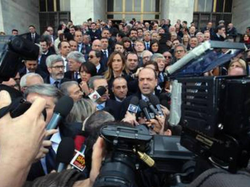 Alfano e i parlamentari mentre urlano contro i giudici all'interno del tribunale di Milano
