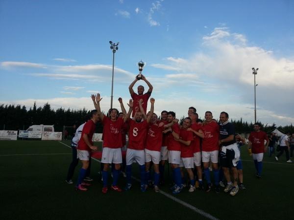Capitan Angelini alza il trofeo simbolo del titolo regionale