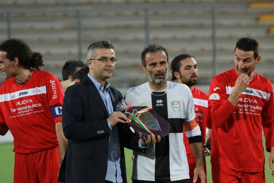 Il sindaco Camaioni durante la premiazione