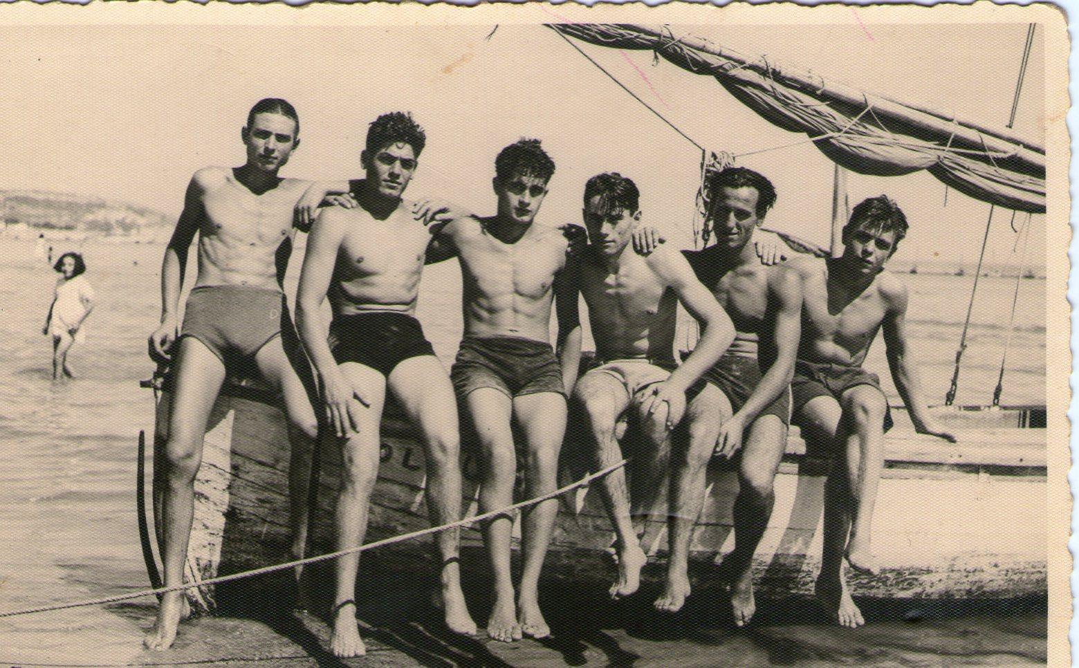 Vincenzo Del Zompo, il primo a sinistra, in una foto al mare con i coetanei, negli anni '30. Il volume è ricco di fotografie d'epoca