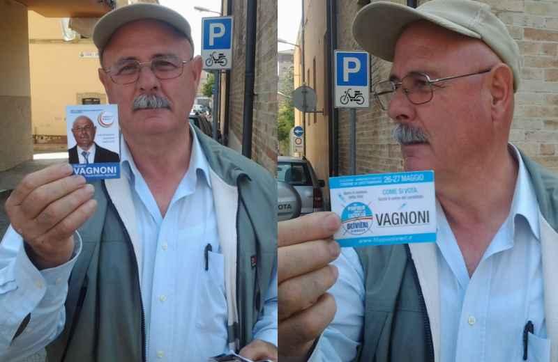 Giuliano Vagnoni mostra due santini elettorali, uno suo e l'altro di Adriano Vagnoni (nel secondo non è specificato il nome)