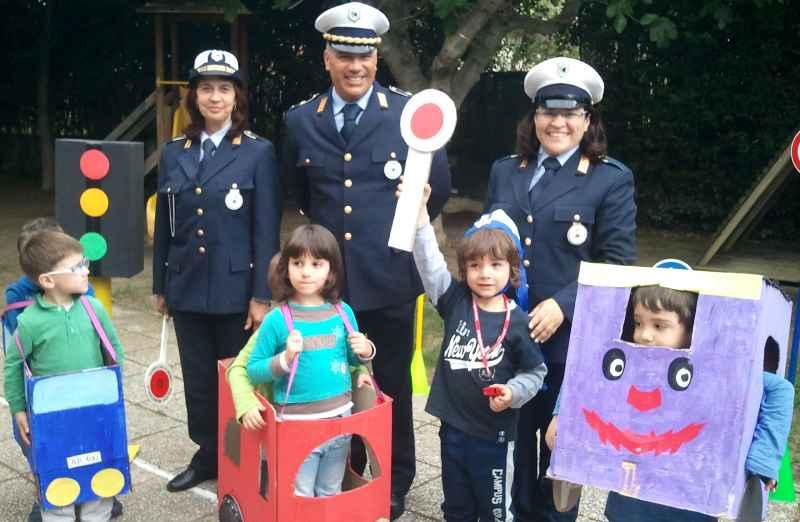 I bambini della Scuola per l'Infanzia a lezione sulla segnaletica stradale