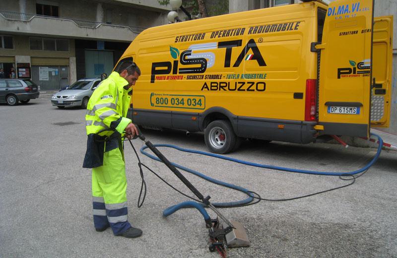 Una dimostrazione di intervento con la rimozione di olio dall'asfalto
