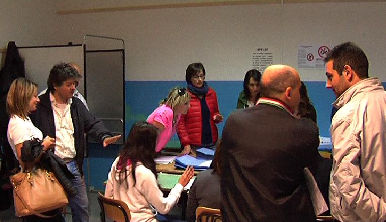 Sezione numero 13. Da sinistra Antonella Ciocca e appoggiata sul tavolo con la maglia rosa Anna Amici