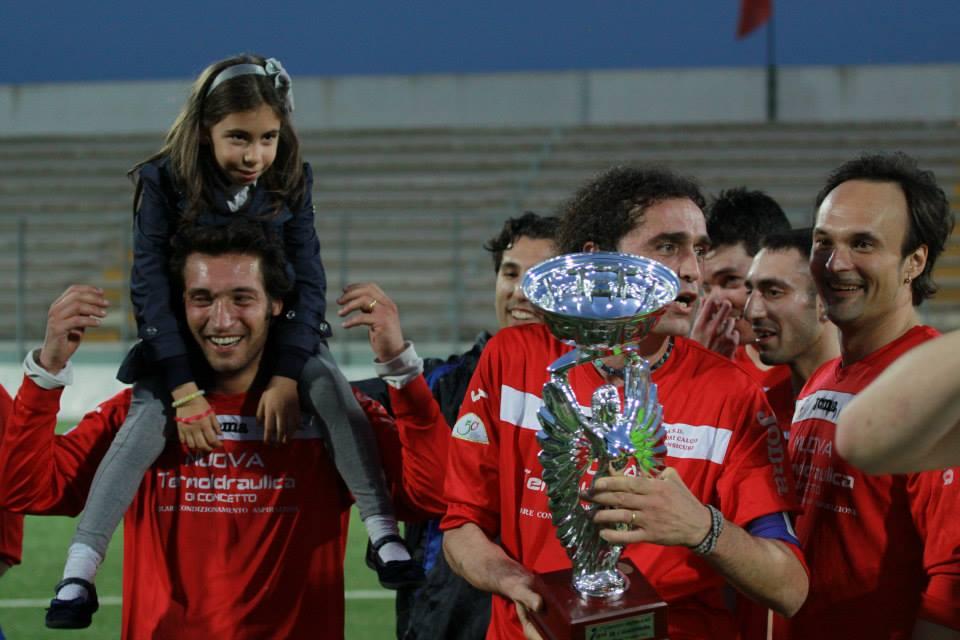 Il capitano Cipolloni alza la Coppa
