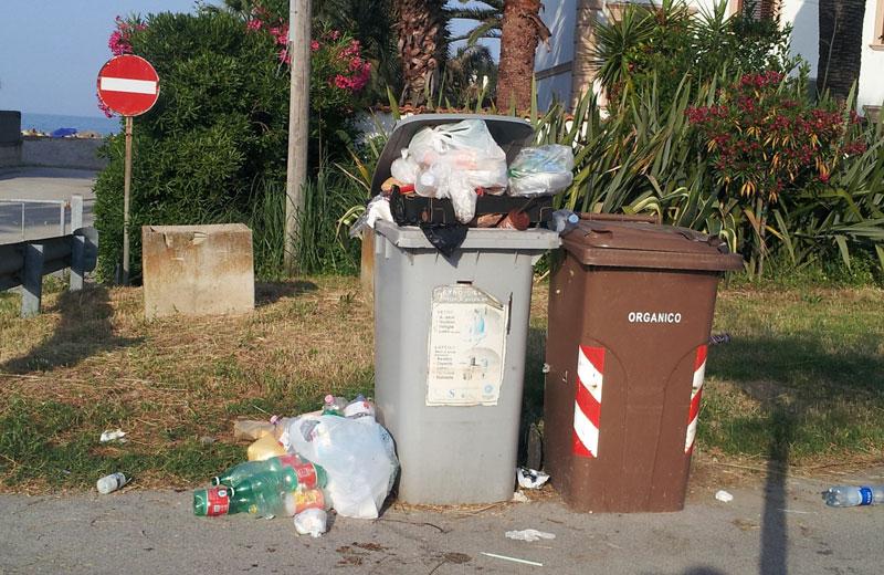 Cassonetti della spazzatura sul lungomare