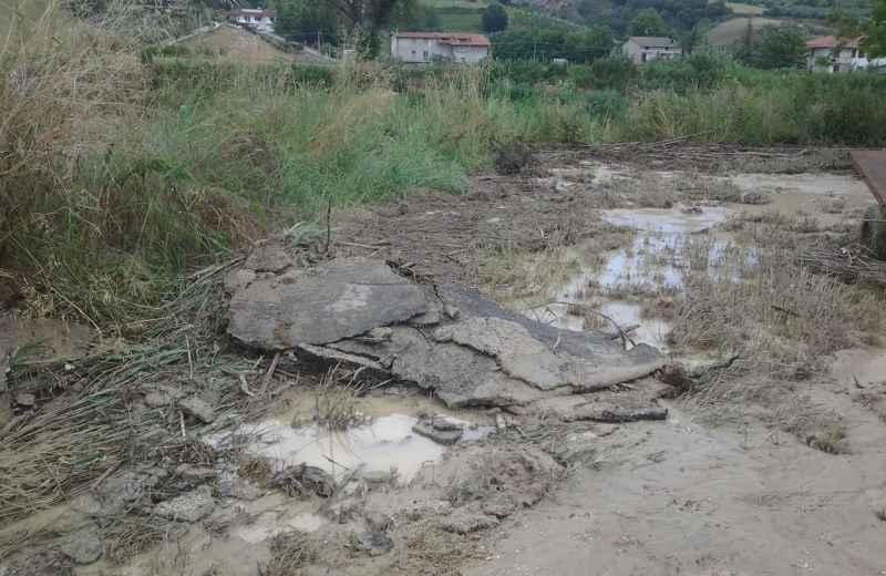 Contrada Fiorano, asfalto staccato