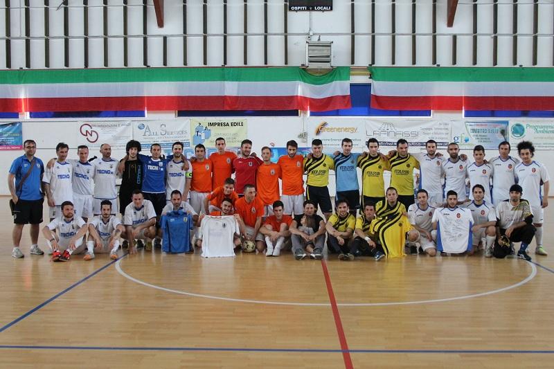 Le squadre partecipanti del trofeo. Al centro Mirko Dessì, papà di Manuel