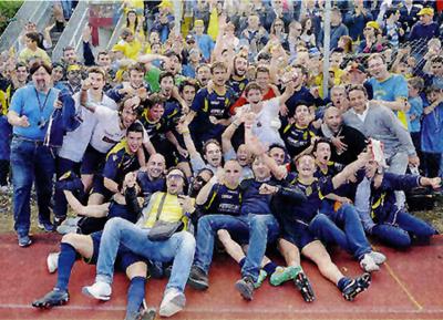 Foto festeggiamenti Montegranaro calcio dopo l'impresa di Sassari che è valsa la Serie D.