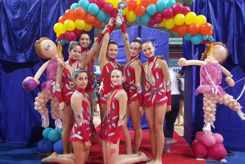 La foto di gruppo delle brave ginnaste sambenedettesi