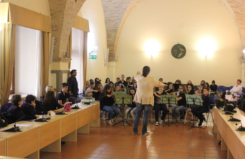 """Gli alunni della scuola media ad indirizzo musicale dell'Istituto Comprensivo """"Pertini"""""""