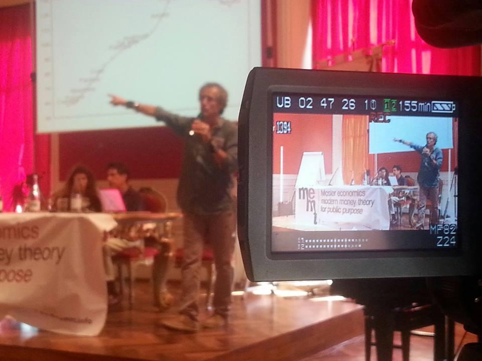 Paolo Barnard e, alle sue spalle, Warren Mosler durante la conferenza di Recanati