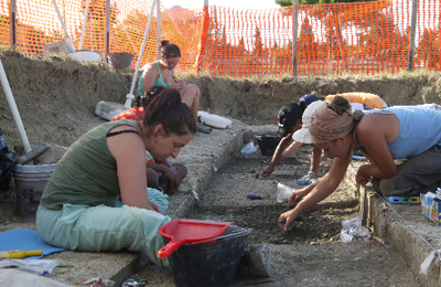 Archeologi al lavoro nel sito neolitico di Ripoli