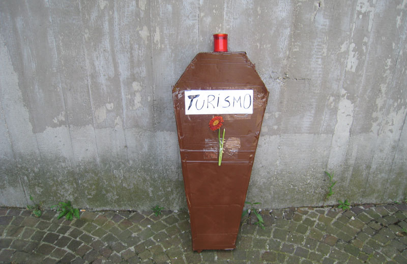 Protesta in Comune a Martinsicuro: