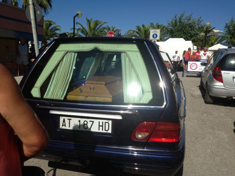 Il carro funebre giunto sul posto del ritrovamento (foto Michele Giancaspro)