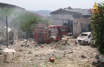 Esplosione fabbrica fuochi, ritrovati i corpi dei dispersi (foto Ansa)