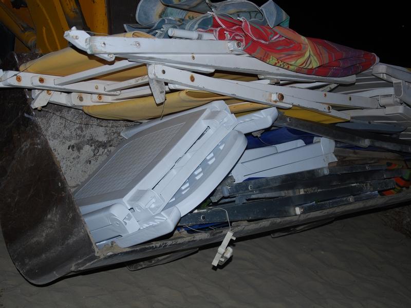 Un mezzo del Comune porta via le attrezzature da spiaggia (foto d'archivio)