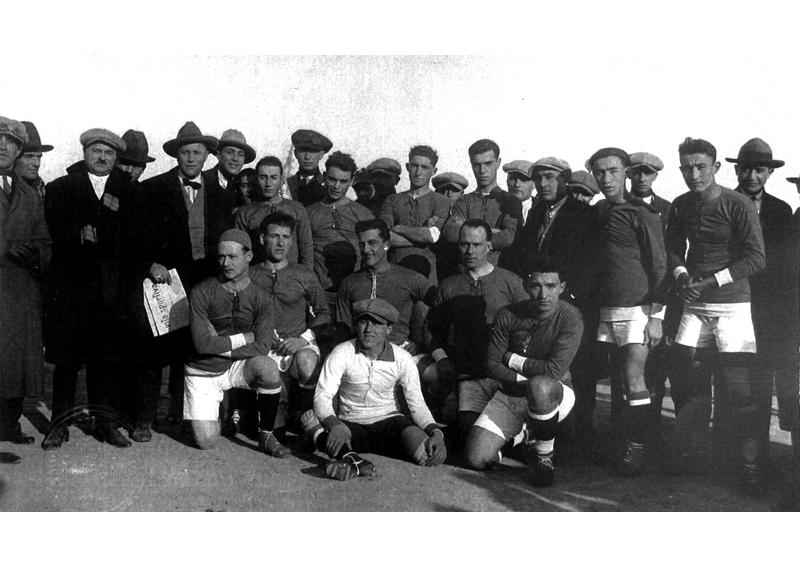 Formazione della Samb con Spinozzi, che ha in mano il giornale 'Vita Sportiva'-Federico Zazzetta è il 2° calciatore in piedi, da sx
