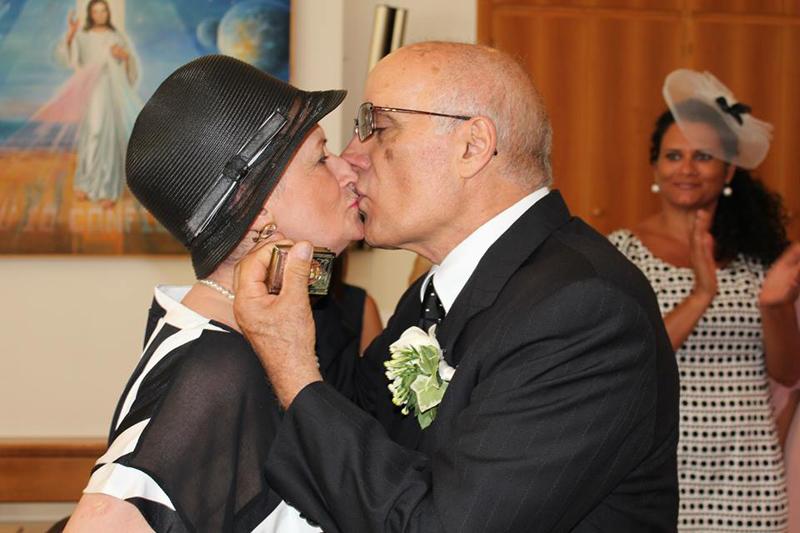 Un bel bacio non poteva mancare. Sullo sfondo la figlia Romina