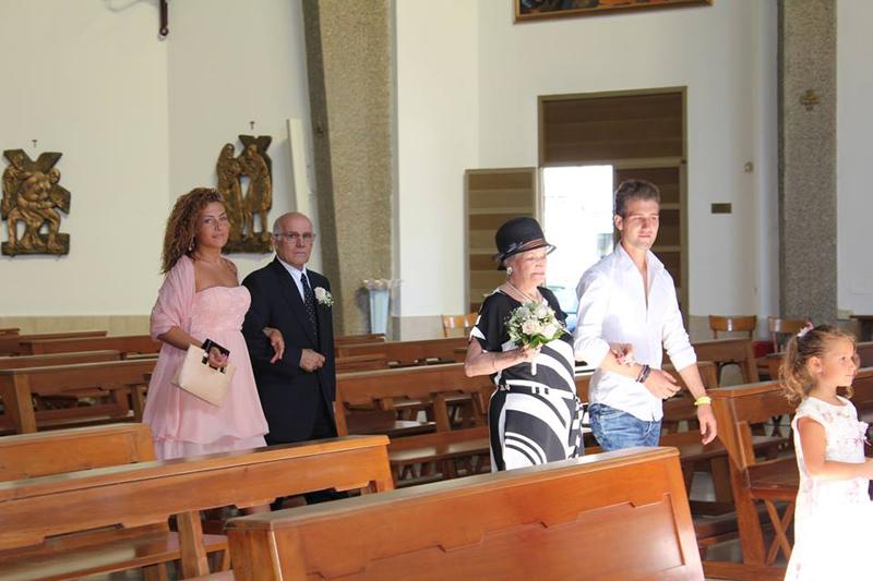 L'ingresso in chiesa con la nipote figlia di Romina e il nipote figlio di Luigi