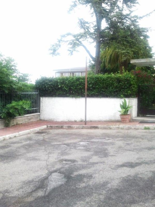 via Ascoli Piceno palo senza segnaletica