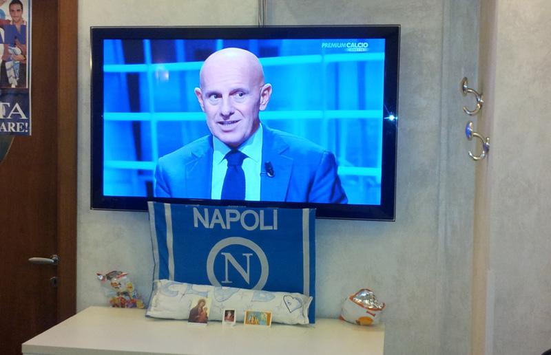 L'altarino sotto la Tv in onore di San Gennaro. Oggi la festa del patrono