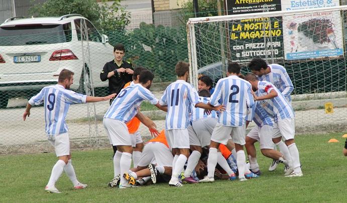 Esultanza Grottammare sul campo del Trodica dopo il gol partita di Ferrara
