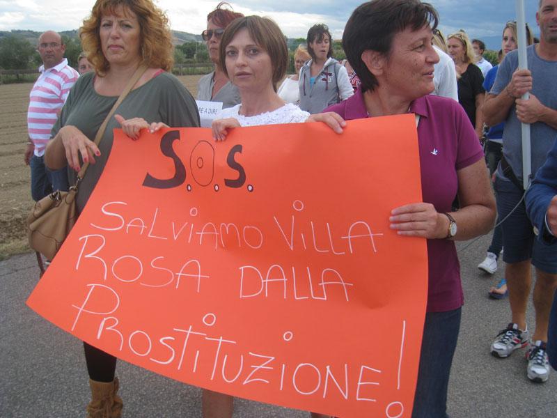 Corteo antiprostituzione a Villa Rosa