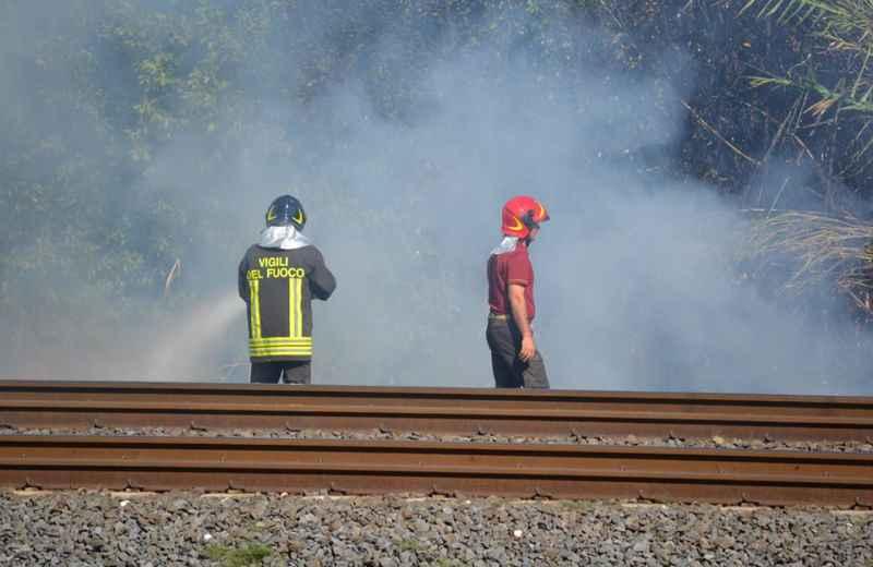 Incendio sulla ferrovia (foto di Simona Ballatore e Nico Gaspari)