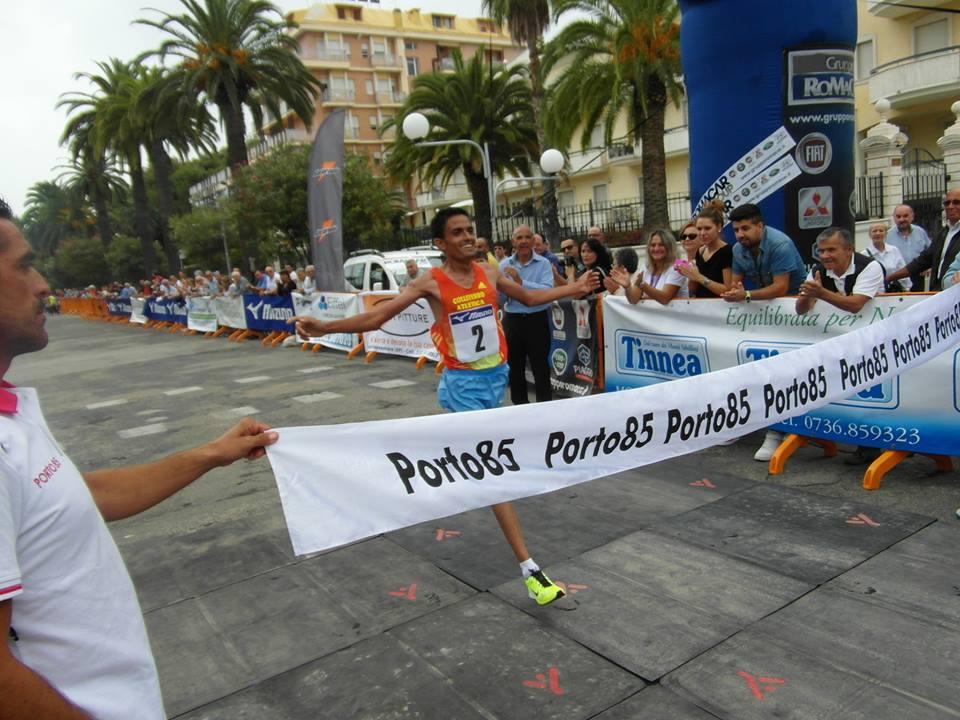 Maratonina Ascoli-San Benedetto 2013, Marhnoui al traguardo (foto Vesperini)
