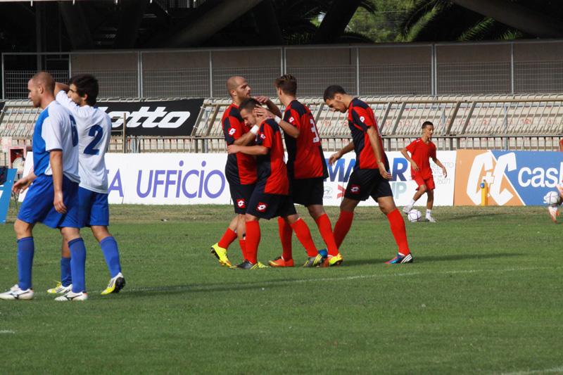 Varriale abbracciato dai compagni dopo il quarto gol
