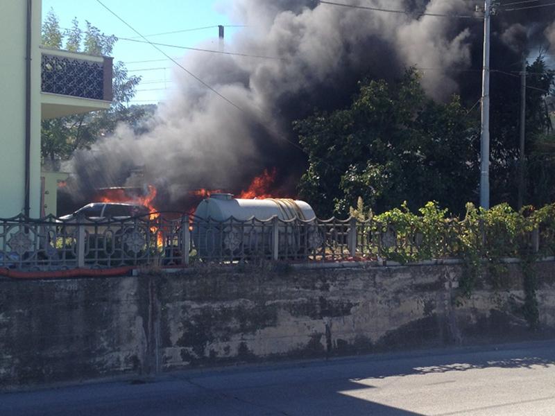 le auto in fiamme nel cortile