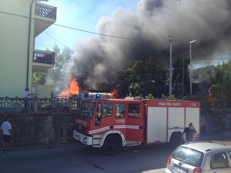 Il cortile dell'abitazione a ridosso della ferrovia investita dalla fiamme