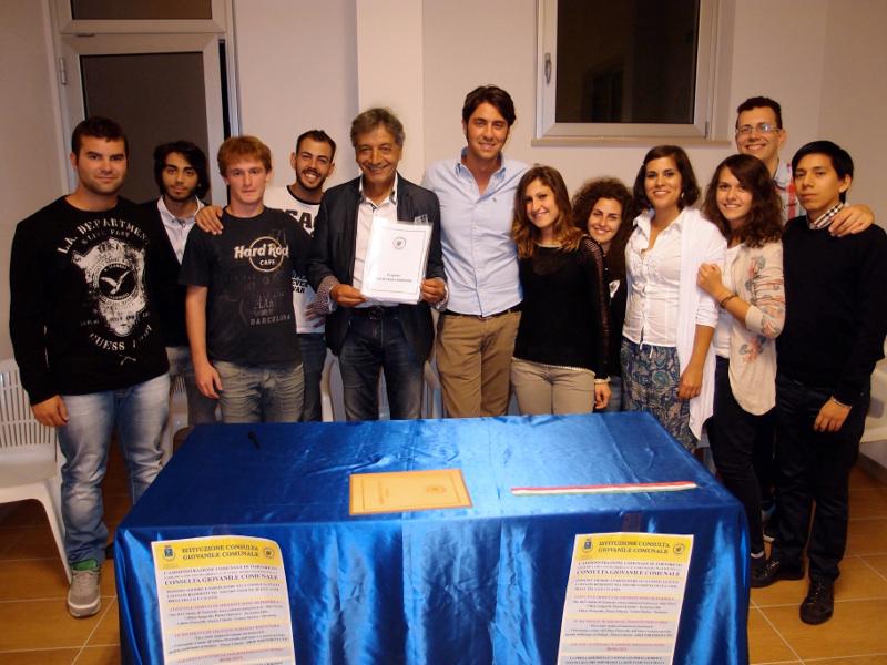 I ragazzi della Consulta Giovanile Comunale di Tortoreto insieme al sindaco Monti
