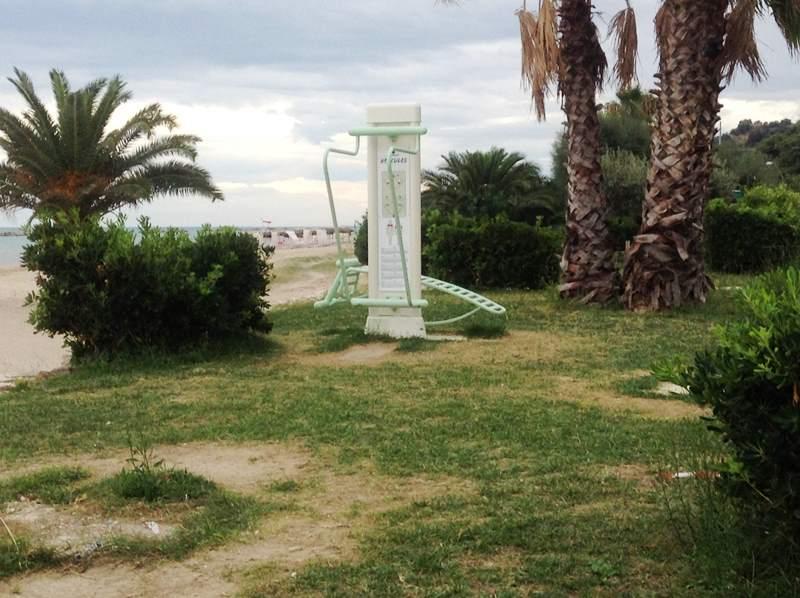 Uno degli attrezzi sito sul lungomare prima di essere distrutto dai vandali