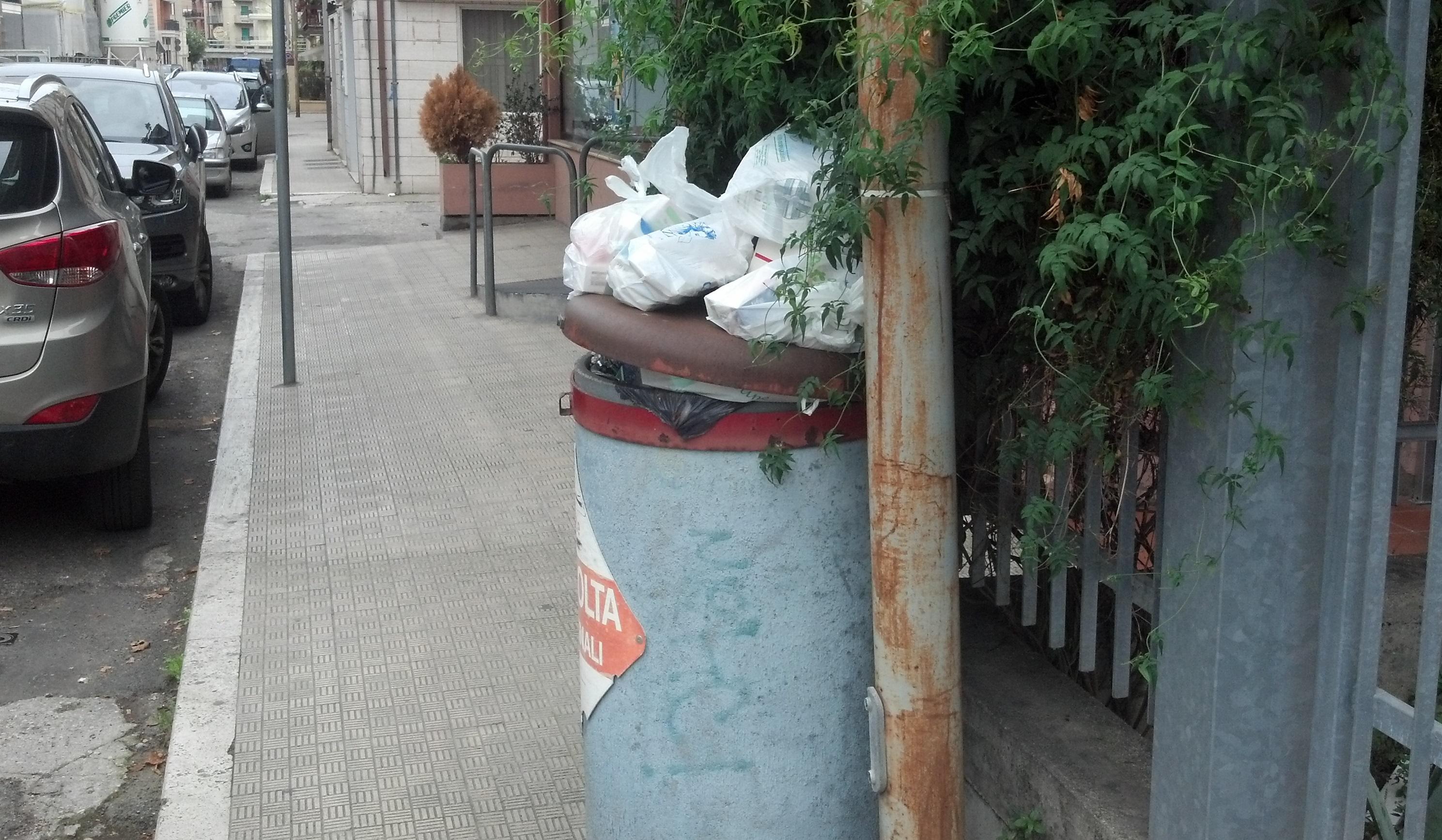 Bidone di raccolta dei farmaci usati in via Voltattorni, attende invano di essere vuotato