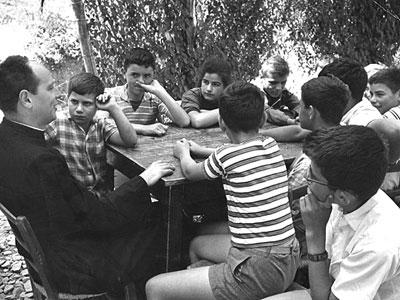 Don Milani insieme agli allievi della sua celebre scuola
