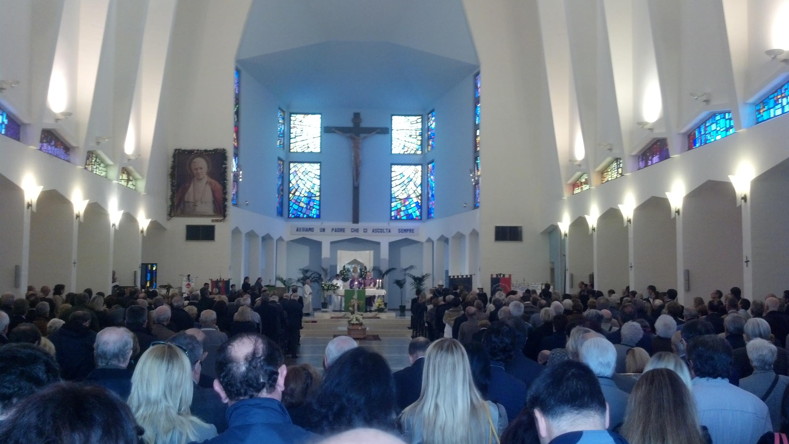 Funerali Ugo Marinangeli, la chiesa di San Pio X stipata
