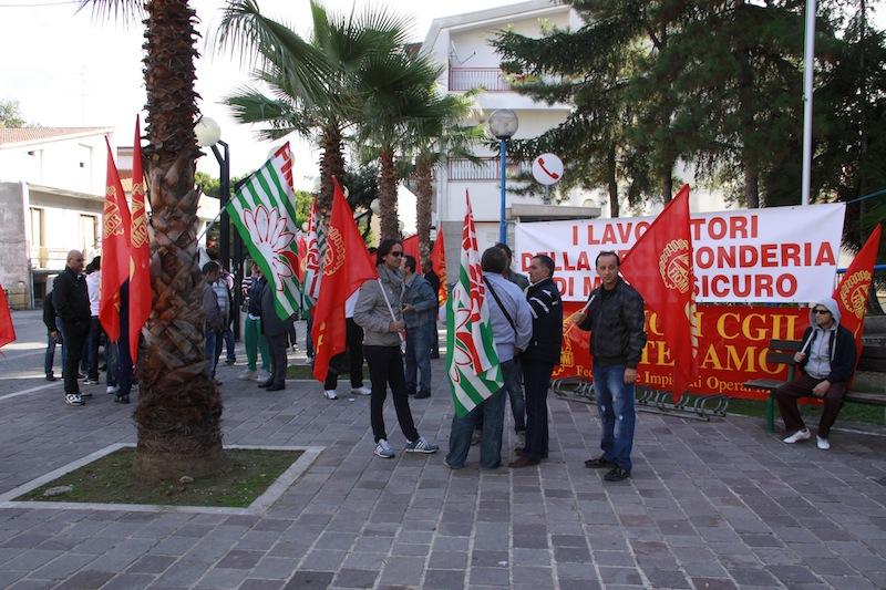 operai Veco in protesta davanti al Comune