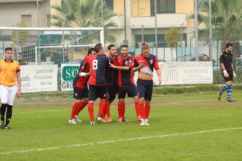Portorecanati 0-2 Samb, l'abbraccio dei rossoblu a Padovani