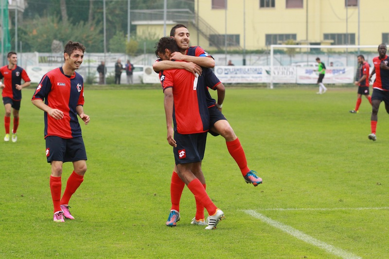 Portorecanati 0-2 Samb, Traini va ad abbracciare Padovani dopo il raddoppio