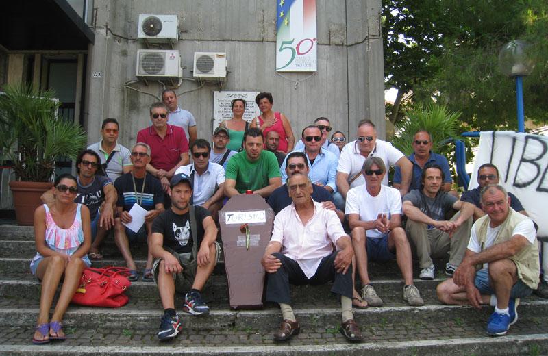 la protesta del 16 luglio  dei commercianti del lungomare davanti al municipio
