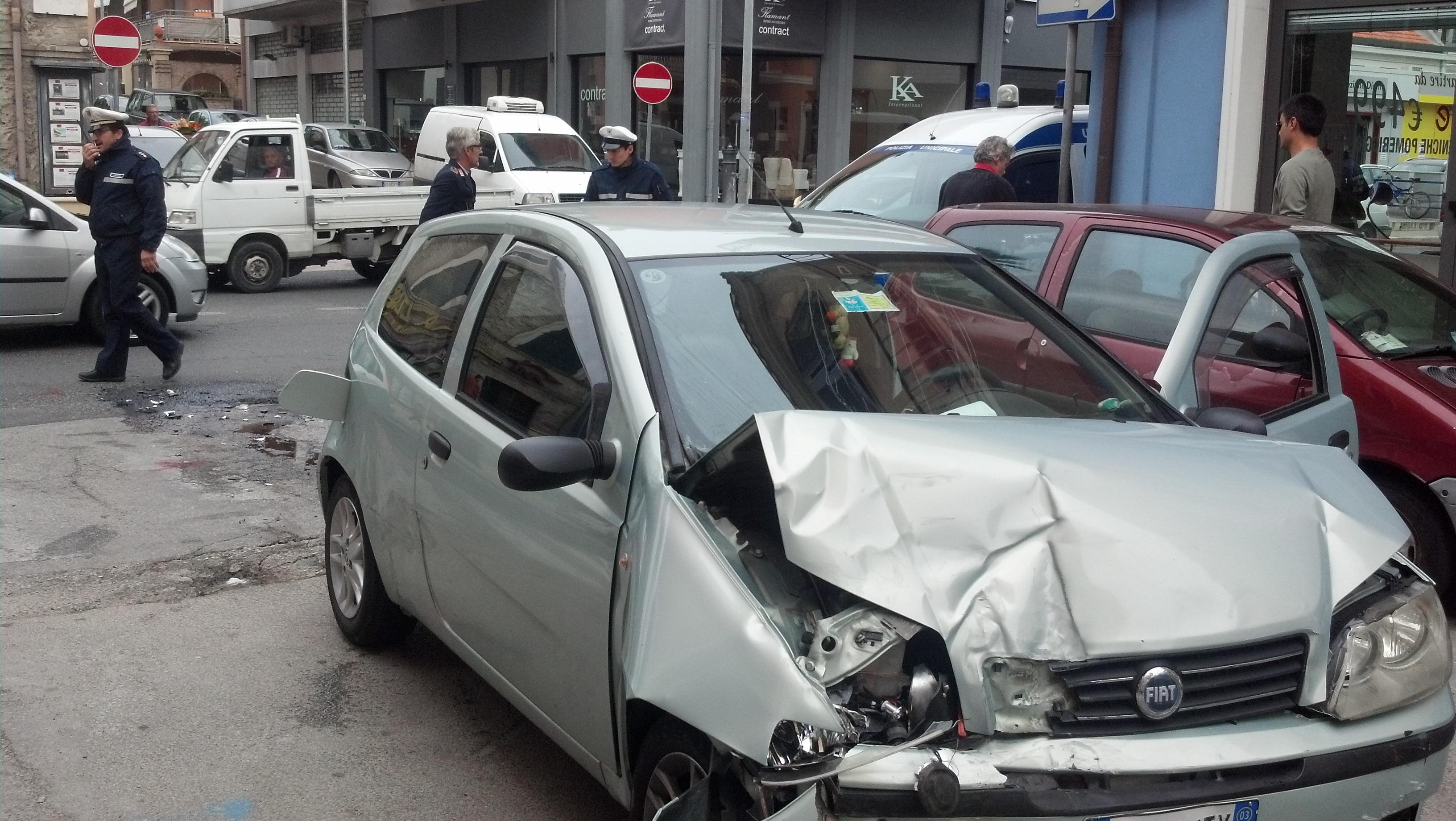 La Punto coinvolta nell'incidente tra la Statale 16 e via Carducci